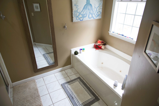 90s Garden Tub in Master Bathroom Before Update